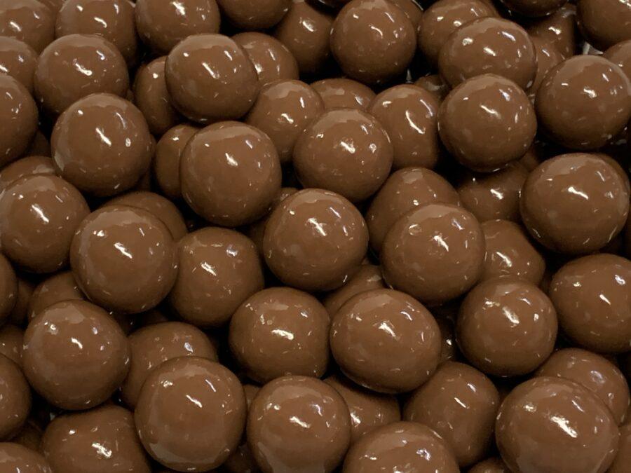 Suklaamaissipallo - maitosuklaakuorrutettu maissimuro rapea suklaa - Karkkikuja