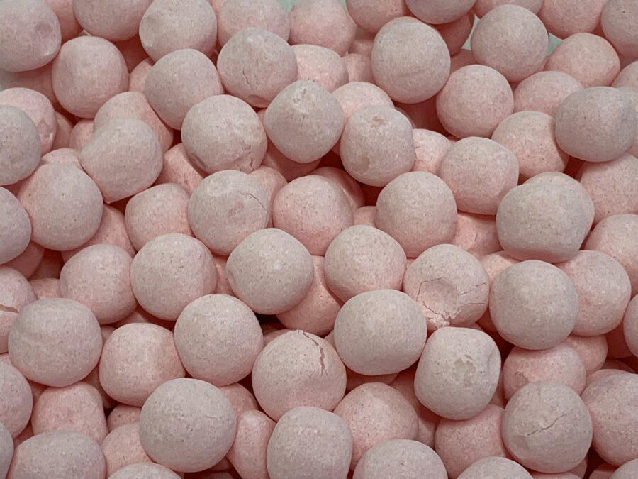 Mansikkatoffeepallo - pinkki irtokarkki - Karkkikuja